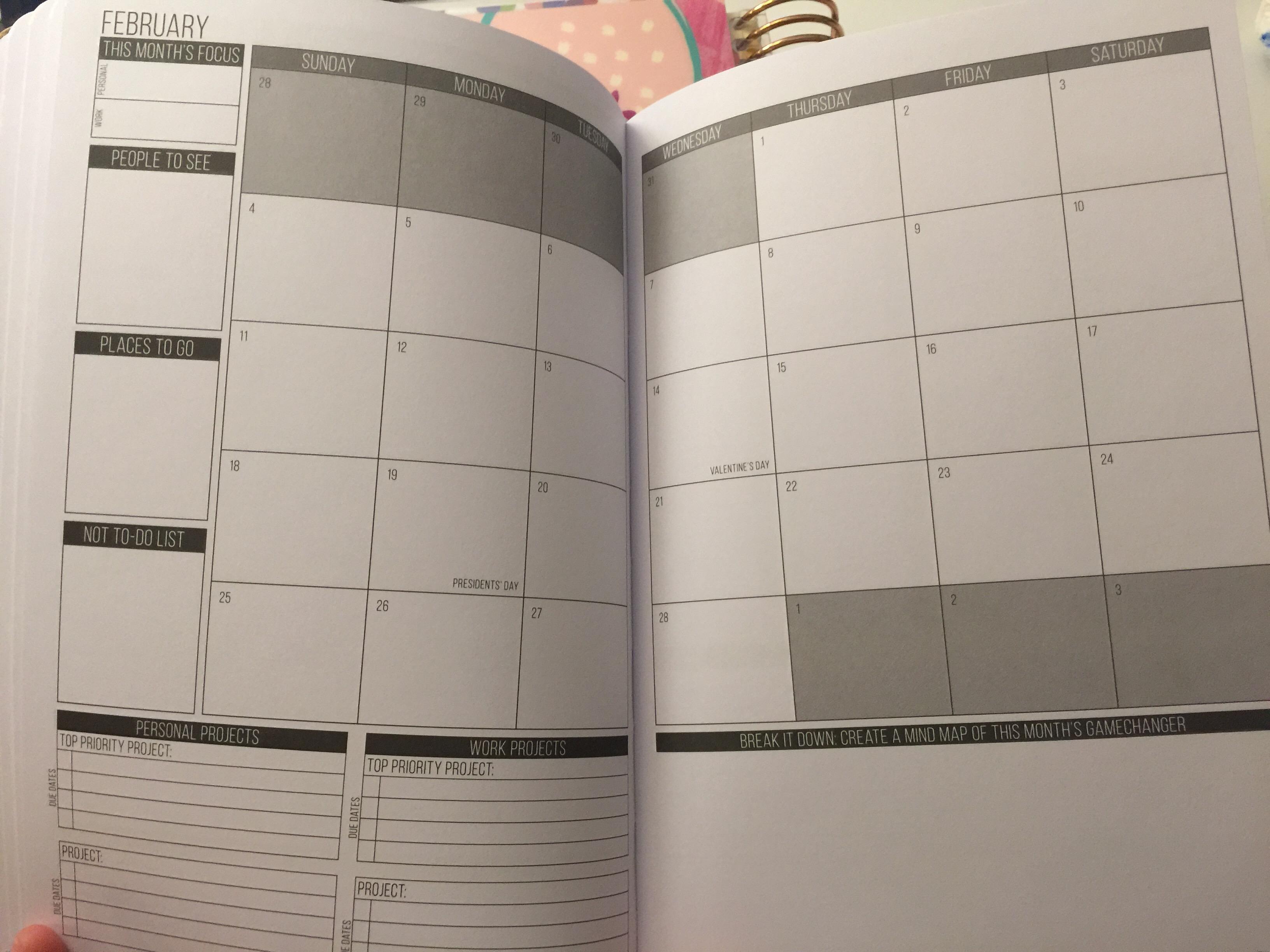 83e1f884e كل شهر يحتوي على صفحة بها تقويم يومي لأيام الشهر. ومربعات من أجل كتابة  ماتود التركيز عليه خلال هذه الشهر، والأشخاص الذين تود رؤيتهم، والأماكن التي  تحب أن ...